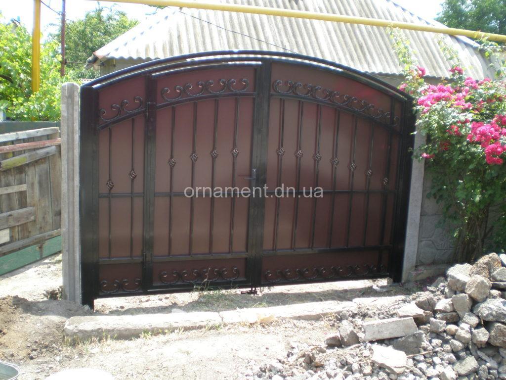 Ворота кованые + профнастил внутри калитка M100PR — Эконом