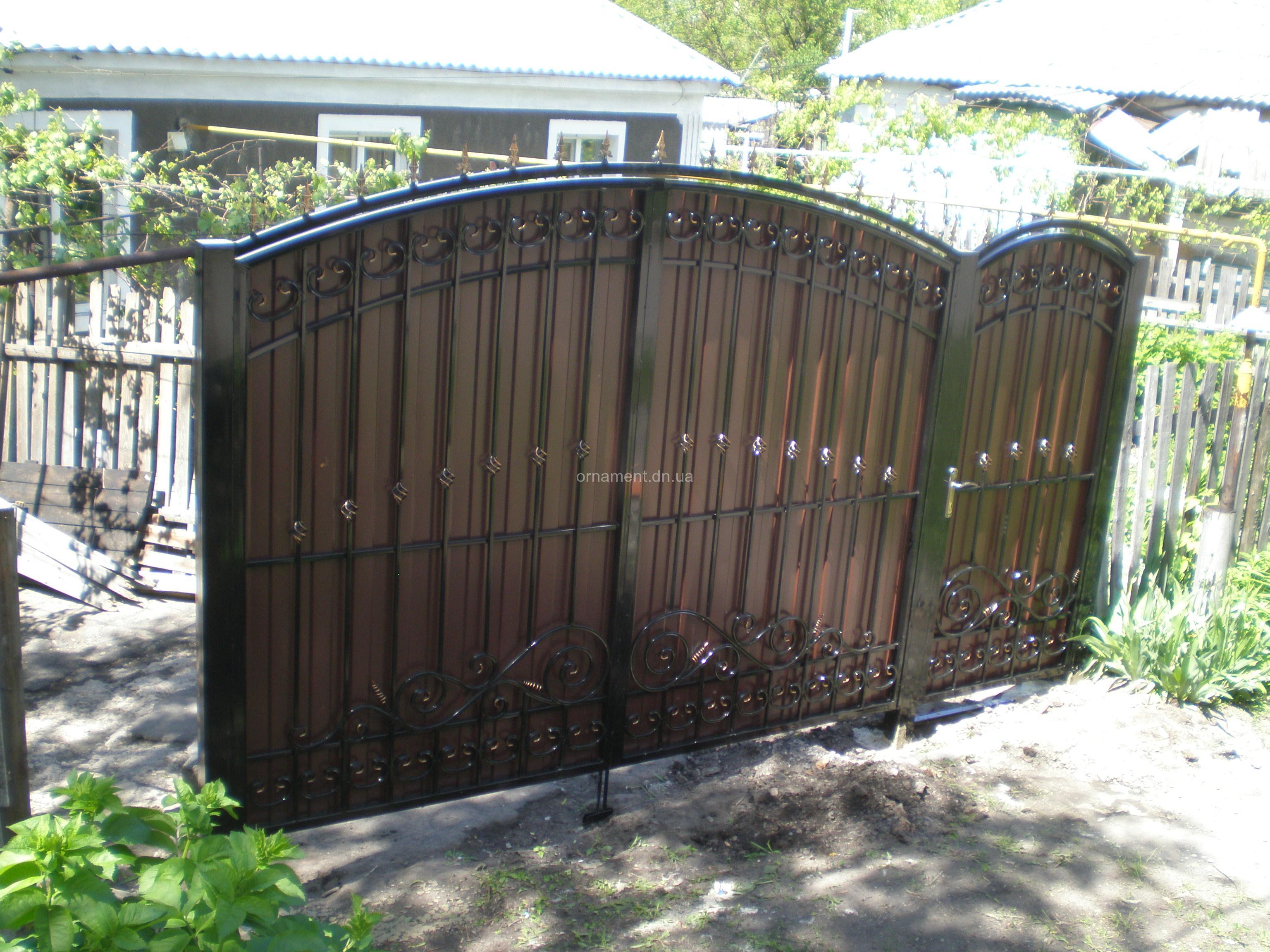 Ворота кованые зашитые профнастилом M160PR Эконом
