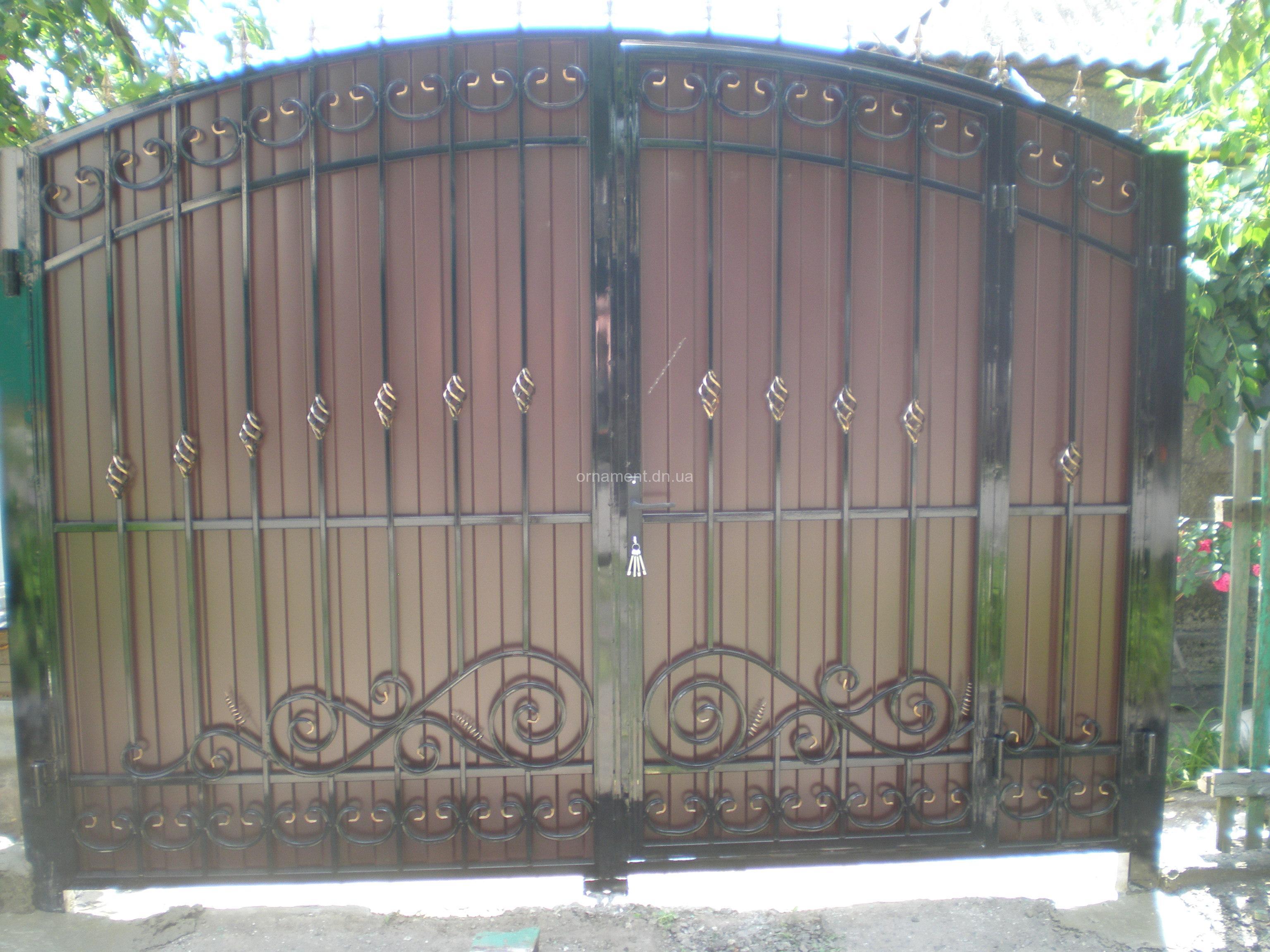 Ворота кованые + профнастил внутри калитка M115PR Эконом